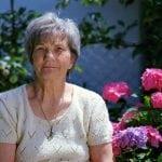 anciana tomando el sol