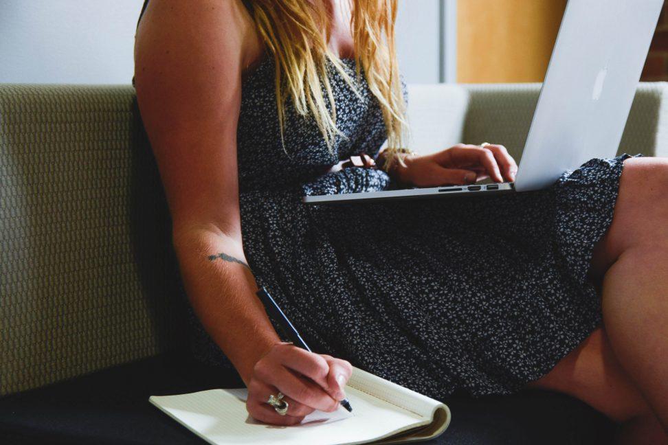 mujer estudiando idiomas