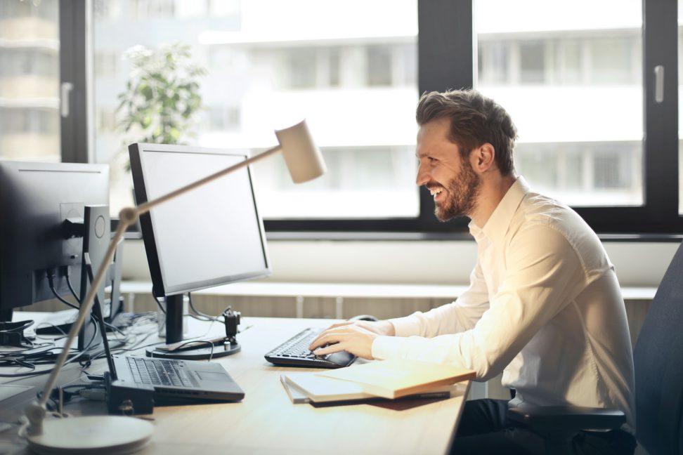 oficinista trabajando con el ordenador