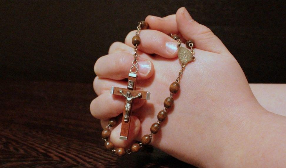 rezando con rosario