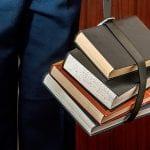estudiante con sus libros