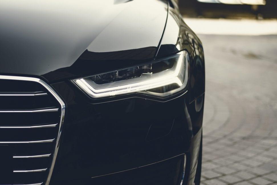 coche negro aparcado
