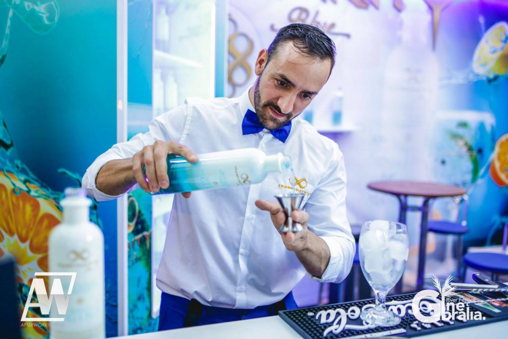 Barman preparando una copa