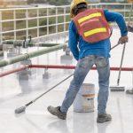 pintor cubriendo suelo.